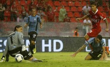 Bajo un temporal, Independiente arrancó ganando