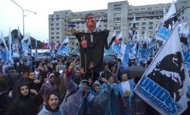 Bajo la lluvia, una multitud se moviliza hacia Comodoro Py para acompañar a Cristina Kirchner