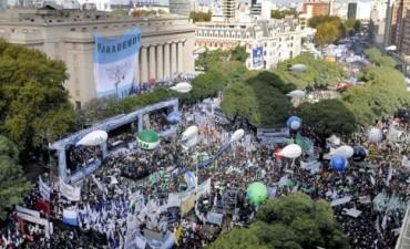 Multitudinaria marcha de las cinco centrales obreras contra el Gobierno por los despidos