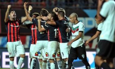 San Lorenzo encontró la victoria sobre el final ante Vélez y alcanzó la cima del torneo