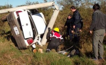 Despistó y partió una columna a la mitad: El conductor fue rescatado con vida