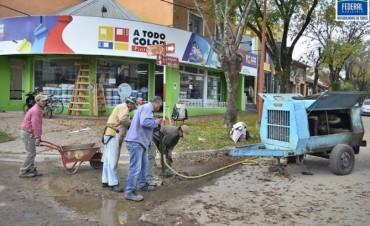 Se hacen arreglos de un badén en la esq. de Belgrano y Arienti de nuestra ciudad