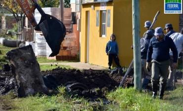 Se recambian tubos de alcantarilla en barrios de la ciudad