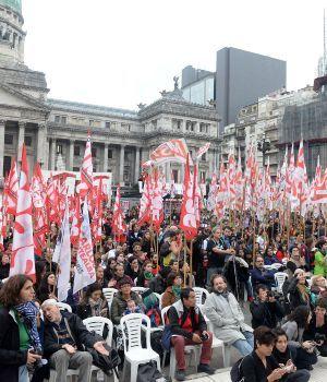 Masiva marcha contra los despidos y el ajuste en el Día del Trabajador