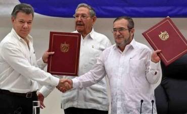 Histórico apretón de manos hacia la paz: Acuerdan fin de la guerra en Colombia