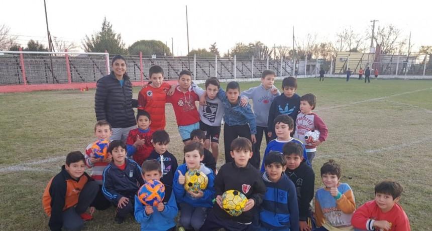 ENTREGA DE PELOTAS AL CLUB LAS FLORES
