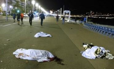 Conmoción en Francia por nuevo atentado: camión atropelló a una multitud y hay al menos 70 muertos