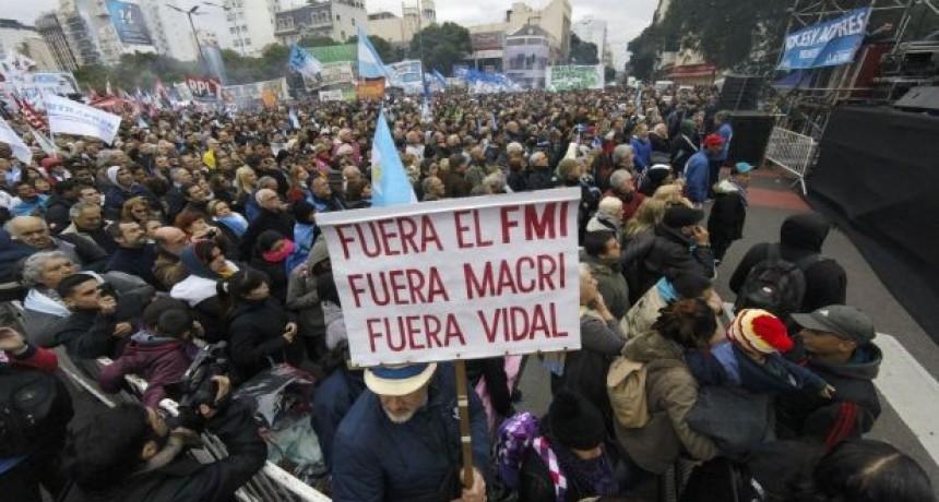 El kirchnerismo y la izquierda copan la Avenida 9 de Julio para repudiar al FMI