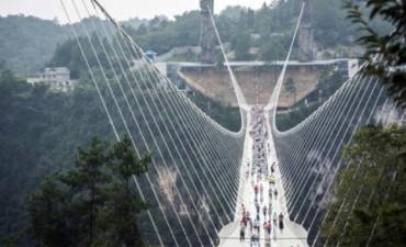 El puente de cristal más largo y alto del mundo fue inaugurado en China