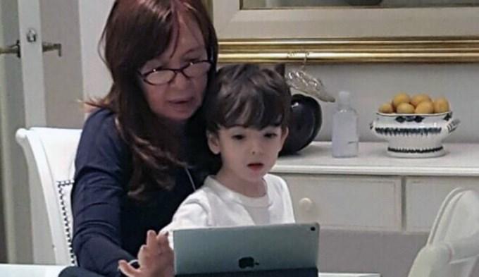 Cristina se relajó mirando dibujitos con su nieto