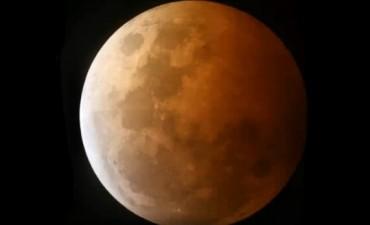 La Luna vuelve a teñirse lentamente de rojo