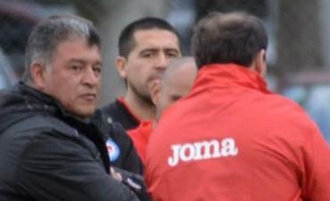 Argentinos, en crisis: Riquelme 'paró' la renuncia de Borghi, quien se iría si no derrotan a Nueva Chicago
