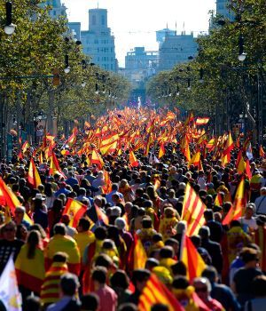 Miles de personas marcharon en contra de la independencia catalana