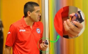 Mirá la imagen de la funda del teléfono celular que usa Riquelme