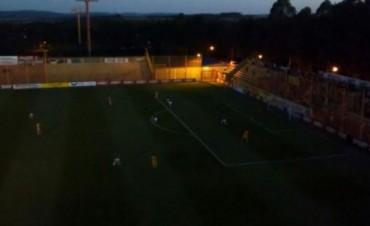 Increíble: Crucero del Norte e Independiente Rivadavia jugaron en penumbras