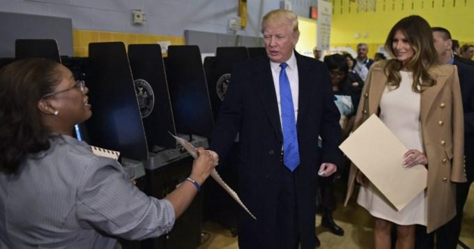 En silencio y abucheado, votó Donald Trump