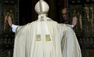 Francisco pidió a la Iglesia que se abra al mundo al inaugurar el Jubileo