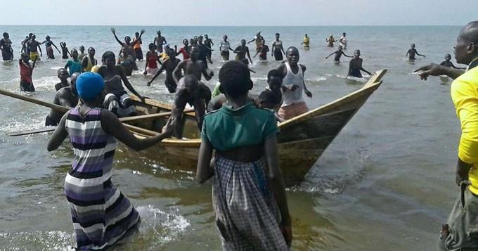 Naufragó barco con equipo de fútbol de Uganda: 30 muertos