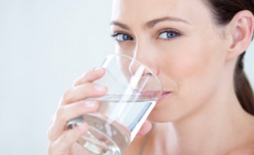 Beber poca agua impacta en el rendimiento cognitivo