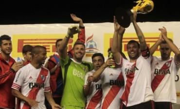 River goleó a Independiente y logró la primera victoria del año