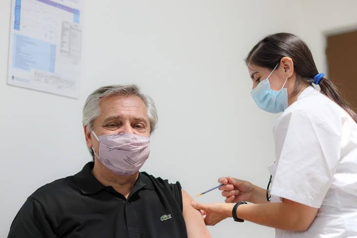 Alberto Fernández recibió su primera dosis de la vacuna Sputnik V y luego dialogó con la titular del FMI