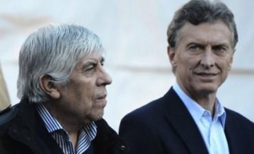 Aseguran que Macri y Moyano pactaron aumentos salariales en secreto