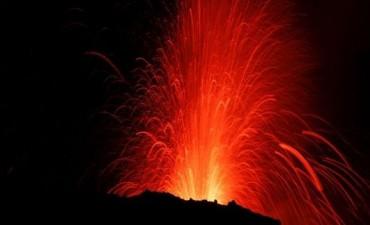 ITALIA E l volcán Etna entró en erupción y ofrece un majestuoso espectáculo