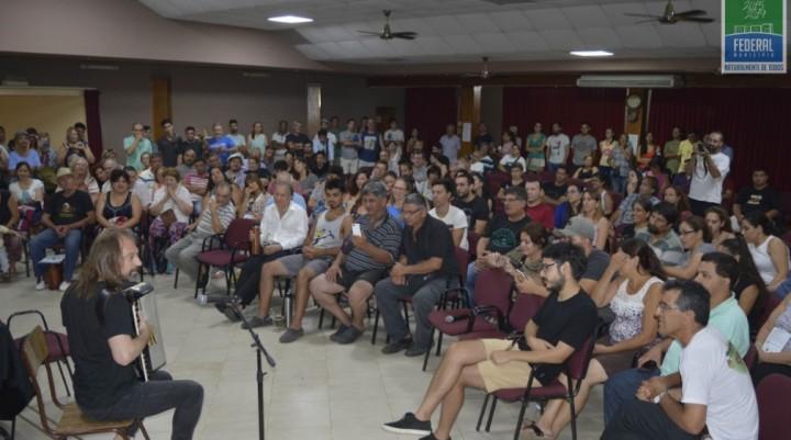 EL CHANGO SPASIUK BRINDÓ UNA CHARLA EN EL CENTRO CULTURAL