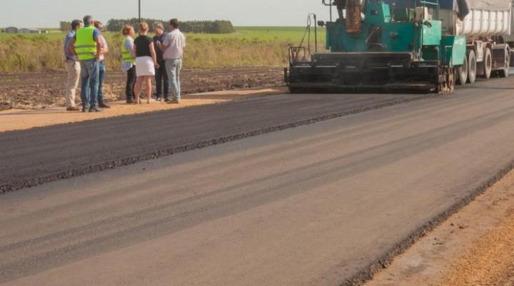 Comenzó la colocación de la carpeta asfáltica en un tramo de la ruta 51