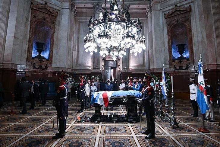 Continúa el velatorio de Menem en el Congreso tras el cierre durante la madrugada