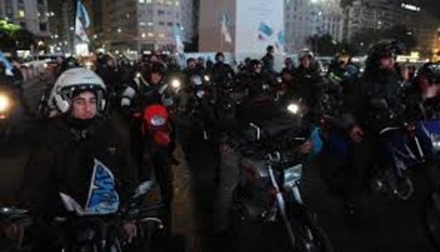 Cientos de motoqueros cortan la avenida 9 de julio por protesta contra llevar la patente en el casco