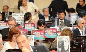 Repudio y abucheos al presidente - Los carteles con los que los legisladores recibieron a Macri en el Congreso