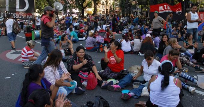 Organizaciones sociales acampan por