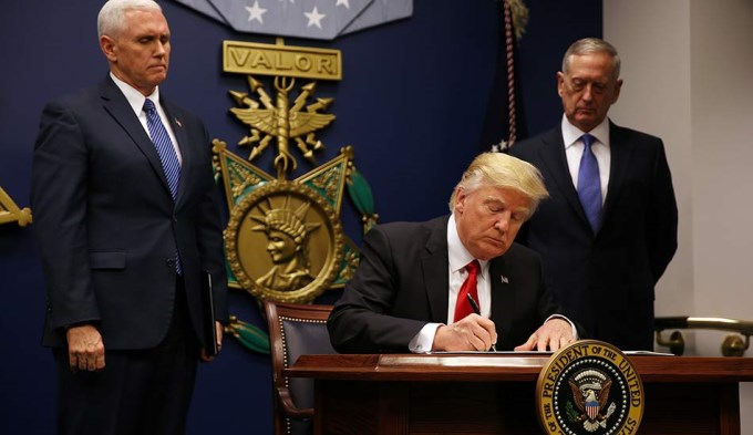 Trump firmó un nuevo y polémico decreto migratorio