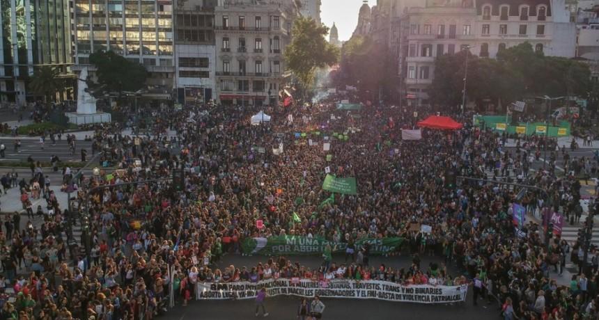 #8M  Día de la Mujer: una inmensa columna avanza hacia la Plaza de Mayo que se va llenando