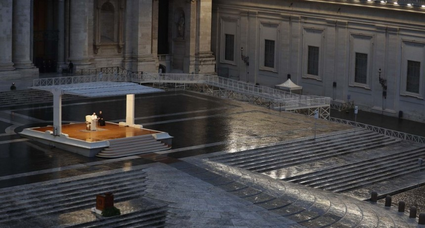 Histórica ceremonia del Papa Francisco ante una Plaza San Pedro desierta