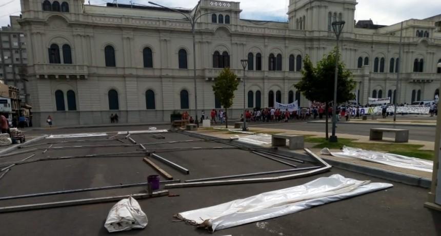 AGMER instala la Carpa Blanca frente a Casa de Gobierno