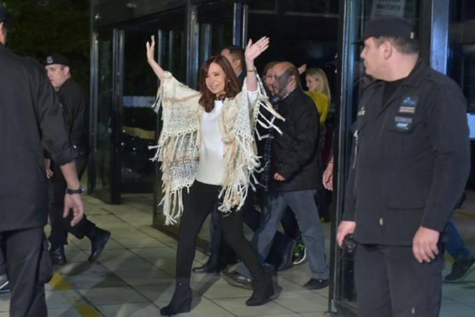 Cristina regresó a Buenos Aires:militantes le dieron la bienvenida en Aeroparque