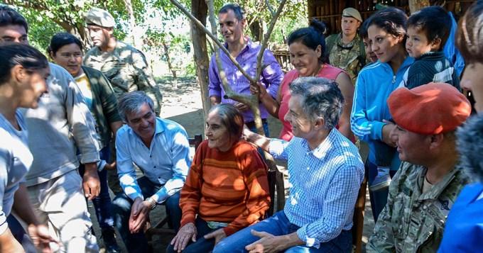 Macri recorrió zonas inundadas en Tucumán y agradeció a Fuerzas Armadas