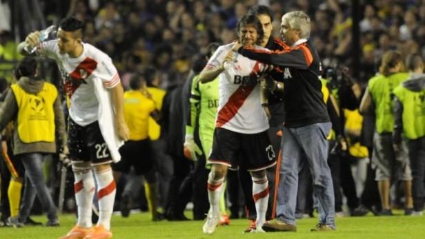 Papelón mundial: Vergonzosa agresión a los jugadores de River provocó la suspensión del Superclásico