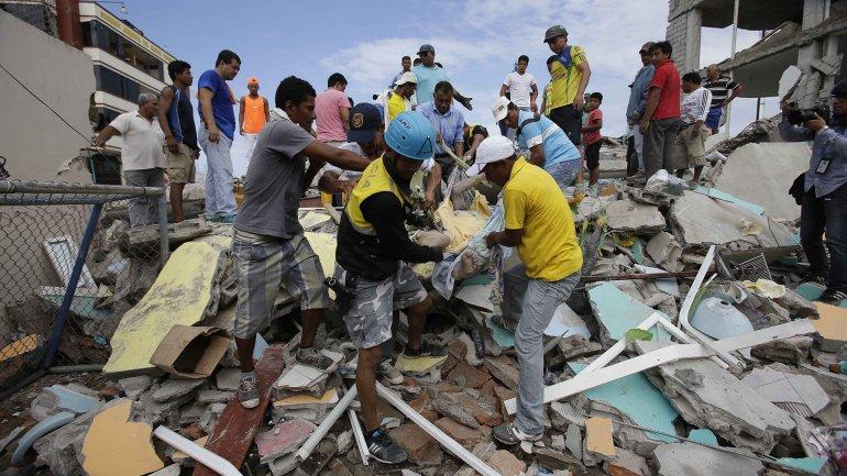 A dos semanas del terremoto en Ecuador, todavía buscan a 10 argentinos