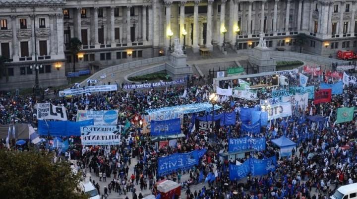 """La oposición unida venció a Cambiemos y logró aprobar en Diputados el freno a los """"tarifazos"""""""