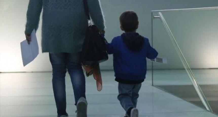 Brindan precisiones sobre el permiso para trasladar a menores de padres separados