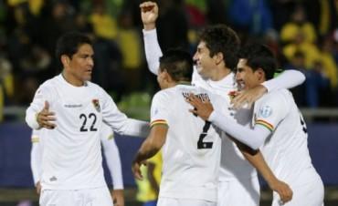 Bolivia convirtió, aguantó y le aganó a Ecuador que queda al borde de despedirse