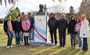 Plaza Urquiza: Se descubrió una placa en el busto de José Artigas