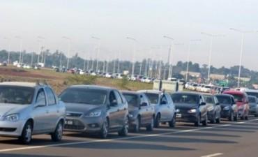 Miles de argentinos cruzan a diario la frontera a Paraguay en busca de mejores precios