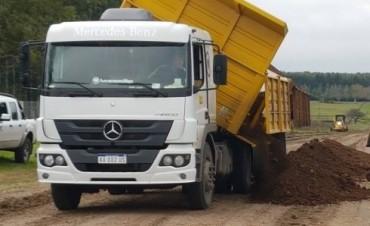 Continúan las tareas de mantenimiento de caminos en Villa Elisa