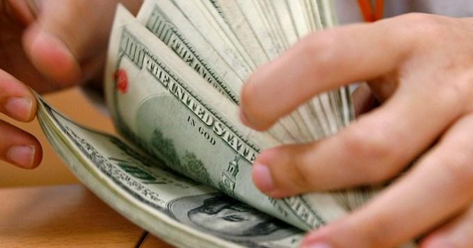 El dólar bajó unos centavos y cerró a 17,25 pesos