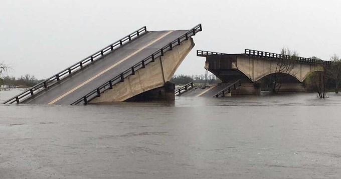 Intensas lluvias tiran abajo puente en ruta 12