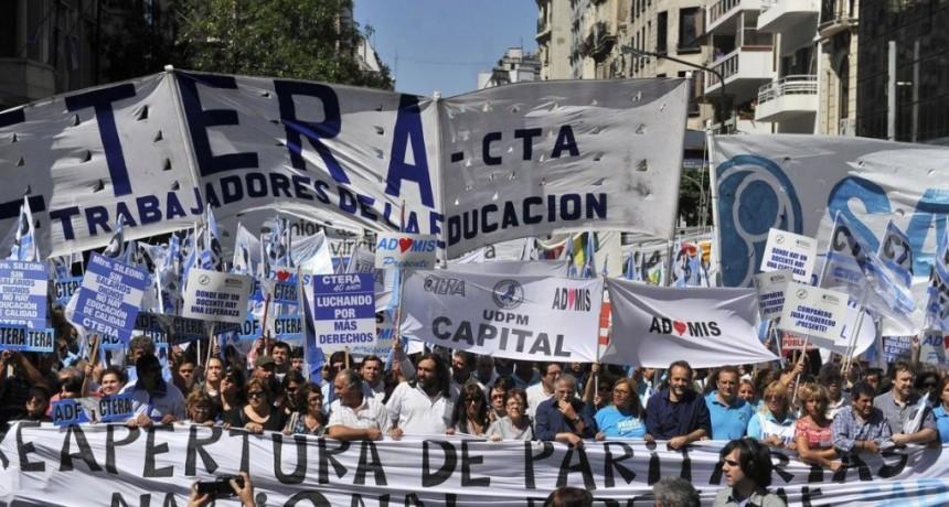 """Protesta contra la represión a los docentes de Chubut  """"Los maestros volvemos a estar bajo la línea de pobreza"""", advirtió Ctera en la masiva marcha"""